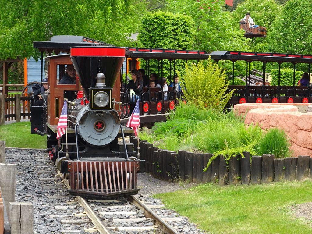 The train takes you to explore Fraispertuis City.
